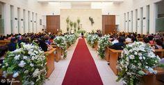 Para el momento de la boda cada lugar es importante, el altar, el pasillo y cada rincón en donde se interactúa, aquí vemos este pasillo decorado con ramos en forma de cascada, con puras flores en tono blanco., desde Feztiva.com