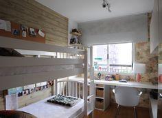 A solução para economizar espaço nesse apê de 70 m² foi uma estrutura de madeira que deu forma ao espaço que ocupam os filhos da…