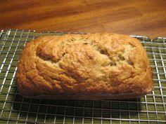 El mejor Pan de Platano (The Best Banana Bread) : Ingredientes:[i][b] (Nota: Todos los ingredientes deben estar a temperatura ambiente)[/b] [/i] * 2 tazas de harina (harina blanca todo proposito) * 3/4 taza de azucar * 3/4 cdta. de bicarbonato de sodio * 1/2 cdta. de sal de mesa * 1 1/4 taza de nueces en trocitos (opcional, yo lo prefiero sin las nueces) * 3 platanos bien maduros (deben estar suaves y bien oscuros, con bastantes manchas negras) * 1/4 taza de yogurt natural * 2 huevos…