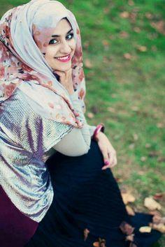 ♥ Muslimah fashion & hijab style n dat smile is worth a million~uwq New Hijab, Muslim Hijab, Beautiful Hijab Girl, Beautiful Muslim Women, Hijabi Girl, Girl Hijab, Hijab Teen, Turban, Costura Vintage