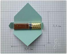 """Als Gastgeschenk habe ich Merci-Schokolade verpackt. Es geht richtig schnell und ist für die Kaffetafel sicher auch ein netter Blickfang. Alles was ihr dazu benötigt ist ein Stück Designerpapier in den Maßen 9,1 cm x 9,1 cm und etwas Restepapier zum verzieren. Das zugeschnittene Desinerpapier im """"Stanz- und Falzbrett für Umschläge"""" anlegen und bei 6,7 […]"""
