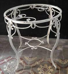 Resultado de imagem para mesa reonda pe ferro Bed Design, Blacksmithing, Wrought Iron, Home Accessories, Steel, Pattern, Furniture, Gardening, Bottle