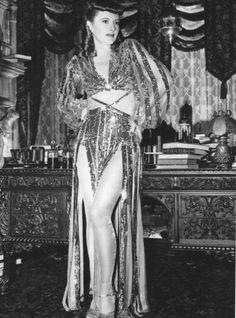 "Barbara Stanwyck as Sugarpuss O'Shea wearing an Edith Head gown ""Ball of fire / Bola de fuego"" (1941)"