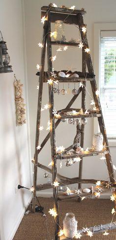 Decoración navideña rústica con escalera de mano