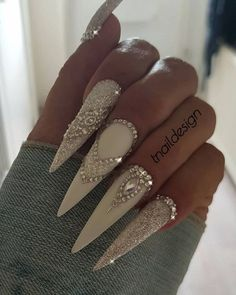 If you're looking for a bold look, stiletto nails are your best choice. The trend of stiletto nails is hard to ignore. Whether you like it or not, stiletto nails will stay. Stiletto nails are cool and sexy, but not everyone likes them. Ongles Bling Bling, Rhinestone Nails, Bling Nails, Glitter Nails, Fun Nails, Bling Nail Art, Nail Art Rhinestones, Rhinestone Nail Designs, White Sparkle Nails