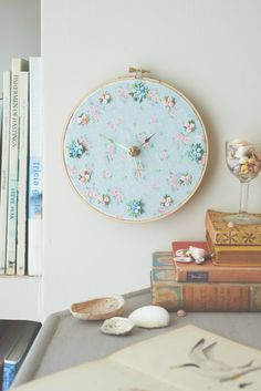 Chic Crafts Shabby chic handmade clock in an embroidery hoop Shabby Chic Embroidery, Embroidery Hoop Decor, Towel Embroidery, Simple Embroidery, Embroidery Patterns, Shabby Chic Clock, Shabby Chic Wall Decor, Shabby Chic Bedrooms, Guest Bedrooms