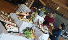 Equipazo de cocina de Muelle 21, con Sergio García a la cabeza. #bodas #bodasensevilla #organizaciondebodas Table Decorations, Furniture, Home Decor, Boat Dock, Cooking, Party, Decoration Home, Room Decor, Home Furnishings