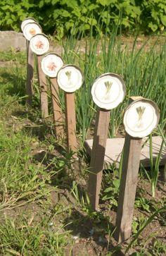 Étiquettes pour les plantations faites avec des couvercles de conserves par MamieJoe.