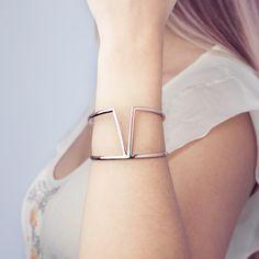 Manchette VEGAS (169€ TTC) en plaqué or 18 carats rose dans sa version « Candide » à la silhouette XL. Votre bijou PHEBUS&Co est garanti 2 ans et vous est livré dans un pochon à l'intérieur de l'écrin magnet. Réf : 66300001R #mode #fashion #phebusandco #necklace #collier #colliers #bracelet #bracelets #ring #rings #jewelry #jewelrydesign #lifestyle #bijou #bijoux