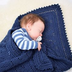 Spoil the smallest members of the family with a Lux baby Blanket. The blanket is crocheted in a simple and beautiful pattern which is framed by a lovely edge that gives the blanket an incredibly beautiful and elegant look. Crochet Bebe, Knit Or Crochet, Cute Crochet, Crochet Hooks, Crochet Blanket Patterns, Baby Blanket Crochet, Baby Patterns, Labor, Baby Kind