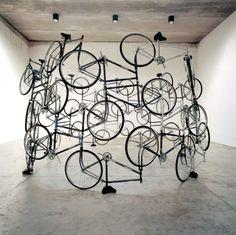 Ai Weiwei / Forever, 2003. Bicicletas entrelazadas entre sí por las ruedas y el eje.