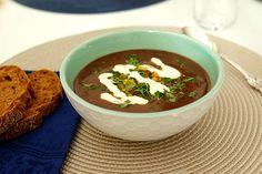 Svart bönsoppa, på 3 ingredienser, lök, svarta bönor och färdig salsa.