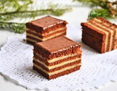 """Prăjitura """"Liliana"""" cu ciocolată și cremă de mascarpone cu caramel Creme Caramel, Romanian Food, Tiramisu, Dessert Recipes, Sweets, Ethnic Recipes, Cupcake, Cakes, Cake Recipes"""