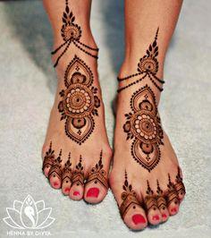 20 of the Prettiest Feet Mehendi Designs of All Time! 20 of the Prettiest Feet Mehendi Designs of All Time!,Exotic Delicate and simple mehendi design idea! Henna Hand Designs, Dulhan Mehndi Designs, Mehandi Designs, Mehendi, Arte Mehndi, New Bridal Mehndi Designs, Mehndi Designs Feet, Leg Mehndi, Legs Mehndi Design