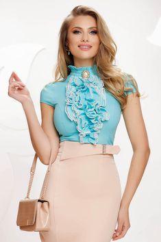 Camasa din bumbac elastic, cu maneci capac. Se muleaza pe corp si se inchide cu un nasture la spate. Materialul este subtire si elastic, usor transparent. Are volanase aplicate in zona bustului, conturate prin aplicatii de dantela. Imbrac-o la o fusta creion si esti gata pentru serviciu! Spring Summer, Clothes For Women, Lady, Outfits, Outerwear Women, Suits, Kleding, Outfit, Outfit Posts