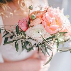 Ein #boudoir in zarten Frühlingsfarben  Jetzt auf dem Blog. Foto @ninakeks  #brautstrauss von @blumeexclusiv  #boudoirphotography #boudoirstyle #bridalboudoir #bridalbouquet #peonies #ranunculus #pfingstrosen #ranunkel