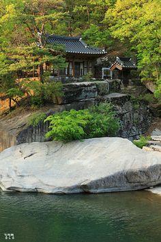 화양구곡의 백미, 금사담과 암서재 Traditional Japanese House, Korean Traditional, Beautiful Places, Beautiful Pictures, Asian Architecture, Paludarium, Landscape Photos, South Korea, Scenery