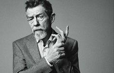 """Vogue deixa aqui homenagem ao ator britânico John Hurt que morreu na noite de sexta-feira aos 77 anos após luta contra o câncer no pâncreas. Indicado ao Oscar de melhor ator em """"O homem elefante"""" e de melhor ator coadjuvante por """"O expresso da meia-noite"""" John também se destacou por atuar em três filmes da série """"Harry Potter"""" e recentemente em """"Jackie"""" longa que conta a vida da ex-primeira-dama americana. #RIPJohnHurt  via VOGUE BRASIL MAGAZINE OFFICIAL INSTAGRAM - Fashion Campaigns  Haute…"""