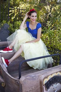 10 Disneybound outfits from one dress. When model, actress, and Disney fangirl Caitlin McHugh told us she was collaborating on a DisneyBounding photoshoot, we couldn't wait to see the photos. Disney Cosplay, Disney Costumes, Halloween Costumes, Snow White Outfits, Snow White Outfit Ideas, Fantasia Disney, Disney Themed Outfits, Disney Dresses, White Costumes