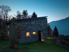 Uma casa de pedra de 800 metros quadrados em Sondrio, Província de Sondrio, Itália. Projetado por EV + A Lab .