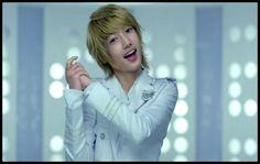 Su modelo a seguir es el cantante, actor y modelo Kim Hyun Joong.