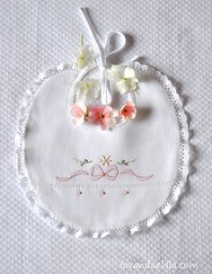 Lavanda e Lillà: Tutorial Hand Embroidery Flowers, Embroidery Applique, Embroidery Patterns, Machine Embroidery, Baby Sheets, Baby Bibs Patterns, Bib Pattern, Baby Sewing Projects, Baby Bonnets