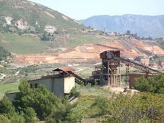 Miniera di San Giovanni - Gli impianti posizionati in testa alla Laveria Idina. Sullo sfondo i Fanghi Rossi della miniera di Monteponi.