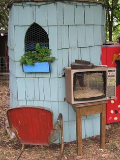 This is real chicken TV! I wonder if you can open the TV to retrieve the eggs. If it was a microwave it would be sooo messed up! Chicken Lady, Chicken Runs, Keeping Chickens, Raising Chickens, Urban Chickens, Hens And Chicks, Nesting Boxes, Hobby Farms, Chickens Backyard