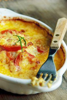 Bereiden: Verwarm de oven voor op 200°C. Leg de kabeljauw in een grote of 4 kleine ovenschaaltjes en bestrooi met zout en peper. Verdeel de tomaat erover. Meng in een kommetjes de crème fraiche met de mosterd en roer er de cheddar doorheen. Verdeel het mengsel over de tomaten en de vis. Bak de kabeljauw in ca.