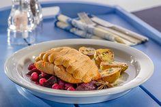 Soufflierter Lachs auf Rote-Bete-Gemüse mit gebackenen Thymiankartoffeln