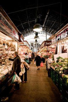La Boqueria is een grote markt in Barcelona waar ze van alles verkopen en zeker komen hier veel mensen dus is dit een mooie bezienswaardigheid