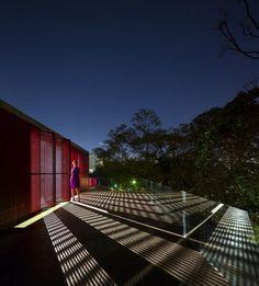 Vista nocturna del Studio R por studio MK27. Fotografía © Fernando Guerra | FG+SG. Señala encima de la imagen para verla más grande.
