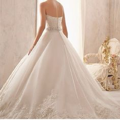 This is such a pretty wedding dress.