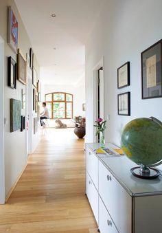 Den schmalen Raum als Privatgalerie inszenieren mit Fotos