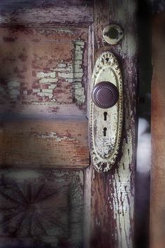 Le temps du lila -Gorgeous weathered door with original hardware. We have a place in Mendocino where we can buy old doors and hardware - a groovy place to browse and buy. Door Knobs And Knockers, Knobs And Handles, Door Handles, Old Doors, Windows And Doors, Harry Potter Spells, Door Detail, Unique Doors, Portal