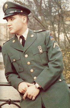 Elvis in uniform?! It doesn't get any better! Most beautiful man ever.