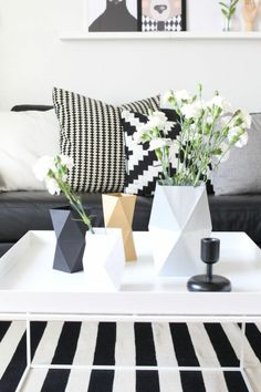 Coffee table rug in black white and decorative vases