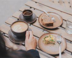 """Wenn die Tasse, ohne Inhalt, bereits den Duft von Kaffee versprüht, kann es sich nur um die Kaffeetassen von """"Kaffeeform"""" handeln. Co2 Neutral, Camembert Cheese, Lifestyle, Tableware, Food, Fine Dining, Coffee Mug, Coffee Cups, Dinnerware"""