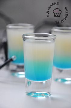 Shot After the storm - KulinarnePrzeboje. Blue Curacao Shots, Curacao Drink, Strawberry Mojito, Strawberry Syrup, Cool Shot Glasses, Blue Drinks, After The Storm, Fun Shots, Bar Signs