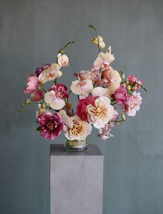 How To: Use a Pin Frog - Botanical Brouhaha Vase Arrangements, Wedding Arrangements, Flower Arrangement, Colorful Flowers, Beautiful Flowers, Flower Decorations, Wedding Decorations, Simple Centerpieces, Calla Lillies