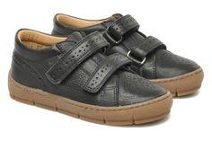 Esprit vintage, on adore l'esprit chaussures de papy ultra trendy. En cuir perforé et scratchées pour un bon maintien du pied, vous allez looker bébé comme jamais avec ces petites merveilles de Pom D'Api.