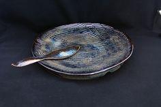 prato para bolo. combinação de esmaltes brilhante e acetinado em tons de marrom e azul. queima oxidante a 1220C