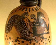 """Nereu, também chamado de """"velho do mar"""" é filho da Terra (Gaia) e do Mar (Ponto). Ele é o mais velho de cinco irmãos (Euríbia, Ceto, Fórcis, Taumante, e ele mesmo). Junto com a oceanide Dóris teve cinqüênta filhas, as ninfas nereidas (""""filhas de nereu""""), e também teve um filho, Nérites. Nereu habita, segundo os mitos, no mar Egeu. Seu culto é bastante antigo, anterior ao dos olimpianos. É dito que seu culto foi sucedido pelo de Poseidón. Nereu é dotado de virtudes, é um sábio ancião..."""