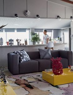 Apartamento com jeito de casa tem spa, jardim e ambientes espaçosos