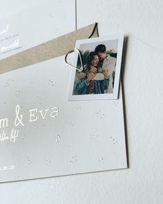 Een mooie romantische trouwkaart met kleine stipjes. De tekst en ook wat kleine stipjes in goudfolie. Je kunt deze kaart zelf aanpassen naar wens en eventueel een klein DIY fotolabeltje toevoegen. #trouwen #trouwdag #bruiloft #bruiloftinspiratie #weddinginvitations Marry Me, Polaroid Film, How To Plan, Cards, Design, Maps, Design Comics