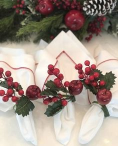 Decoration Christmas, Christmas Wreaths, Christmas Crafts, Merry Christmas, Holiday Decor, Christmas Napkins, Christmas Tablescapes, Military Wedding, Decor Crafts