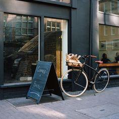 Bobbin x Globe, bicycle: all black, leather seat & grips, creme tires