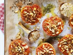 Ofentomaten mit Pinienkernen ist ein Rezept mit frischen Zutaten aus der Kategorie Fruchtgemüse. Probieren Sie dieses und weitere Rezepte von EAT SMARTER!