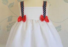 Buenos días. Aquí os traigo mi versión del clásico y necesario vestido marinero de verano, un imprescindible en el armario de cualquier niña. Este tipo de vestidos suelen ser frescos, cómodos y combinando colores como el blanco, azul o rojo.Leer más