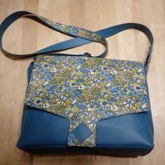 Sac Menuet cousu par Elinéc - Simili Karia bleu et cretonne fleurie enduite à l'Odicoat - Patron sac Sacôtin